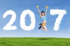Kobieta tworzy liczby 2017 na łące Zdjęcia Stock