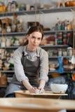 Kobieta tworzy waz? na ceramicznym kole obrazy royalty free