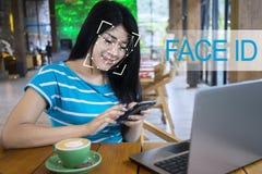 Kobieta używa twarzy ID rozpoznanie na smartphone zdjęcie stock