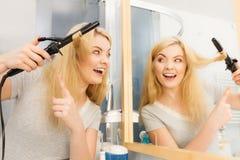Kobieta używa włosianego curler obraz stock