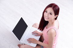 Kobieta uśmiech używać laptop Zdjęcia Royalty Free