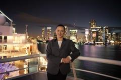 Kobieta uśmiech w popielatej kurtce na balkonie w Miami, usa obrazy royalty free