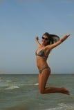 Kobieta uśmiecha się ręki podnosić do niebieskiego nieba, skacze, świętujący wolność Pozytywne ludzkie emocje, twarzy wyrażeniowy Zdjęcia Stock