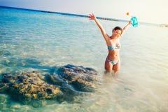 Kobieta uśmiechnięta, śmia się na plaży, cieszy się słonecznych dni i snorkeling, obraz royalty free