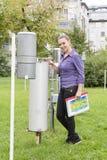 Kobieta uśmiechnięty meteorolog zdjęcia royalty free