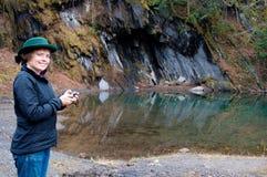 Kobieta używać GPS halnym basenem Zdjęcie Royalty Free