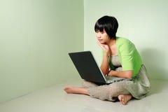 Kobieta używać laptop Obrazy Stock
