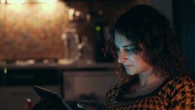 Kobieta Używać Pastylka Komputer w domu zbiory
