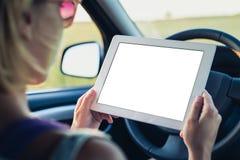 Kobieta używać pastylki komputer osobisty w samochodzie Obraz Stock