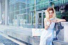 kobieta używa app na jej telefonie fotografia stock