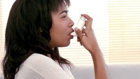 Kobieta używa astma inhalator w domu zbiory wideo
