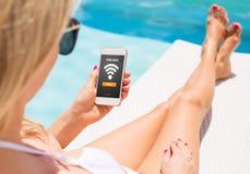 Kobieta używa bezpłatnego wifi dostęp na smartphone obraz royalty free