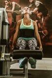 Kobieta używa ciężar maszynę dla nóg obrazy stock