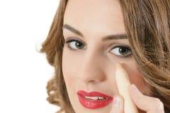 Kobieta Używa Concealer zdjęcie stock