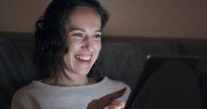 Kobieta używa cyfrową pastylkę w domu zbiory wideo
