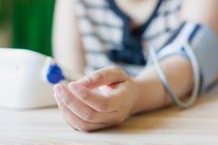 Kobieta używa cyfrowego ciśnienie krwi monitoru Fotografia Royalty Free