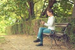 Kobieta używa cyfrowego pastylka komputer Obrazy Royalty Free