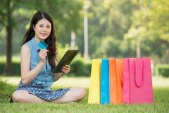 Kobieta używa cyfrowego pastylka zakupy z kredytową kartą Zdjęcie Stock