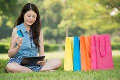 Kobieta używa cyfrowego pastylka zakupy z kredytową kartą Obraz Royalty Free