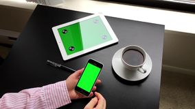 Kobieta używa cyfrowego telefon z zielonym ekranem zbiory