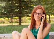 Kobieta używa jej mądrze telefon zdjęcia royalty free