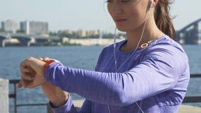 Kobieta używa jej zegarki przy riverwalk zbiory wideo