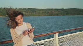 Kobieta używa komputer osobisty cyfrową pastylkę na pokładzie statek wycieczkowy zbiory wideo