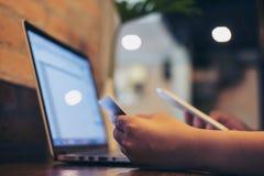 Kobieta używa kredytową kartę, telefon komórkowego i laptop, Zdjęcie Royalty Free