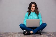 Kobieta używa laptop na podłoga Zdjęcia Stock