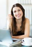 Kobieta używa laptop przy kawiarnią Obrazy Royalty Free