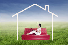 Kobieta używa laptop z domowym obrazkiem Obraz Stock