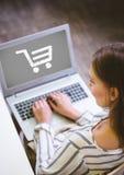 Kobieta używa laptop z zakupy tramwaju ikoną obraz stock