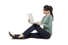 Kobieta używa laptopy fotografia royalty free