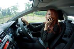 Kobieta używa mądrze telefon Zdjęcia Royalty Free