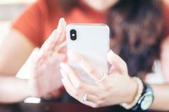 Kobieta Używa Mądrze telefon, młody modniś dziewczyny obsiadanie przy wygodnym ho obrazy royalty free
