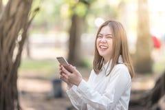 Kobieta używa mądrze telefonu uśmiech i śmiać się Obraz Royalty Free