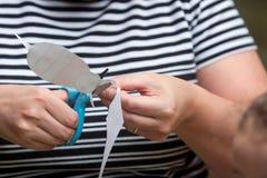 Kobieta Używa nożyce Ciąć wzór Dla dziecko sztuki projekta Obraz Royalty Free