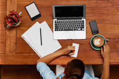 Kobieta Używa notebook, Bierze notatki Przy kawiarnią Pracować Zdjęcie Royalty Free