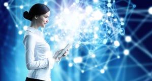 Kobieta używa nowożytne technologie obraz royalty free