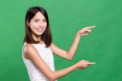 Kobieta używa palec pokazywać reklamy przestrzeń Fotografia Royalty Free
