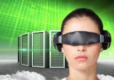 Kobieta używa rzeczywistości wirtualnej słuchawki przeciw serweru wierza Fotografia Royalty Free