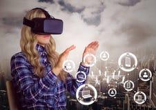 Kobieta używa rzeczywistości wirtualnej słuchawki z cyfrowo wytwarzać ikonami zdjęcie stock