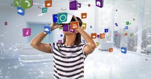 Kobieta używa rzeczywistości wirtualnej słuchawki z cyfrowo wytwarzać ikonami 4k zbiory
