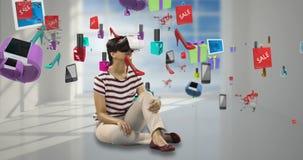 Kobieta używa rzeczywistości wirtualnej słuchawki z cyfrowo wytwarzać sprzedaży ikonami 4k zbiory