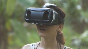 Kobieta używa rzeczywistości wirtualnej szkła w dżungli w zwolnionym tempie, orbita strzał zbiory
