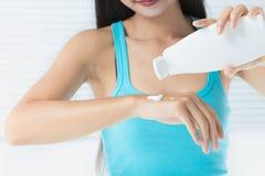 Kobieta używa skóry śmietankę Zdjęcia Stock