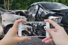 Kobieta używa smartphone bierze fotografię kraksa samochodowa wypadek Zdjęcia Stock