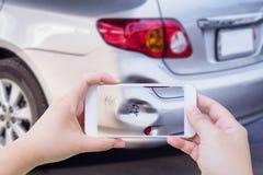 Kobieta używa smartphone bierze fotografię wypadek samochodowy obrazy royalty free