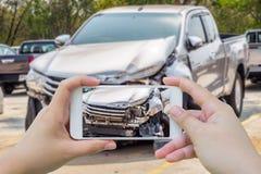 Kobieta używa smartphone bierze fotografię wypadek samochodowy obraz stock