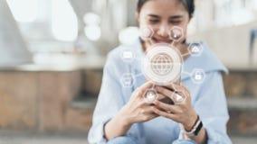 Kobieta używa smartphone i przedstawienie technologii szyldową ikonę zdjęcie royalty free